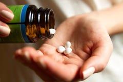 Medico femminile che prende le pillole Fotografie Stock Libere da Diritti