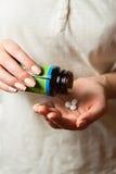 Medico femminile che prende le pillole Immagini Stock
