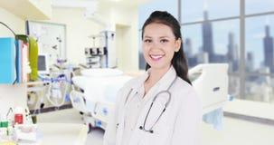 Medico femminile che sorride nella stanza di ospedale video d archivio