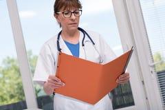 Medico femminile che tiene un archivio immagine stock