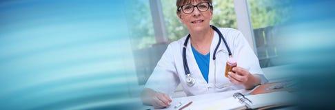 Medico femminile che tiene una bottiglia delle pillole Bandiera panoramica fotografia stock