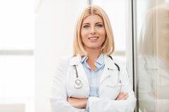 Medico femminile con esperienza immagini stock libere da diritti