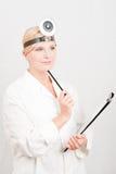 Medico femminile con il dispositivo di piegatura Fotografia Stock Libera da Diritti