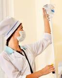 Medico femminile con il gocciolamento del dispositivo di venipunzione. fotografia stock libera da diritti