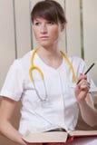 Medico femminile con il libro Fotografie Stock