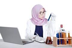 Medico femminile con la provetta sullo studio Immagini Stock