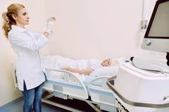 Medico femminile con la siringa che prepara per l'iniezione Immagini Stock
