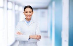 Medico femminile con le armi attraversate all'ospedale Immagini Stock