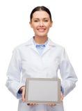 Medico femminile con lo schermo nero in bianco del pc della compressa Fotografia Stock