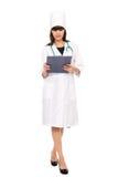Medico femminile con lo stetoscopio che tiene i appunti Fotografia Stock
