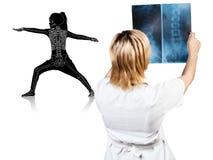 Medico femminile considera i raggi x della siluetta della bambina Fotografia Stock