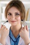 Medico femminile della medicina mette sopra lo stetoscopio Immagini Stock Libere da Diritti