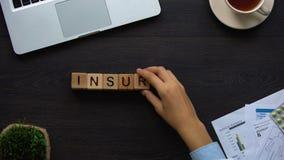 Medico femminile di assicurazione che fa parola dei cubi, aiuto economico per le spese mediche stock footage