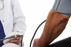 Medico femminile ed uomo più anziano Immagine Stock
