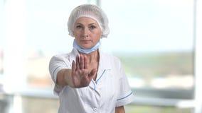 Medico femminile maturo con il gesto di arresto archivi video
