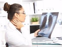 Medico femminile nella chirurgia Fotografie Stock Libere da Diritti