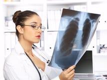Medico femminile nella chirurgia Immagini Stock Libere da Diritti