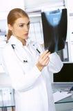 Medico femminile nella chirurgia Fotografie Stock