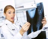 Medico femminile nella chirurgia Fotografia Stock