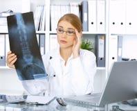 Medico femminile nella chirurgia Immagine Stock Libera da Diritti