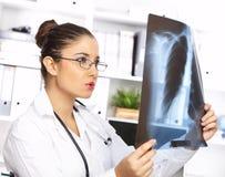 Medico femminile nella chirurgia Fotografia Stock Libera da Diritti