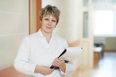 Medico femminile in ospedale fotografia stock libera da diritti