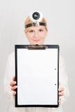 Medico femminile ottimista con il dispositivo di piegatura Fotografia Stock