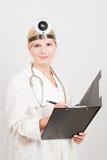 Medico femminile ottimista con il dispositivo di piegatura Immagine Stock Libera da Diritti