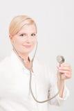 Medico femminile ottimista con lo stetoscopio Immagini Stock
