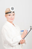 Medico femminile professionista con il dispositivo di piegatura Fotografia Stock