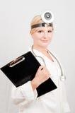 Medico femminile professionista con il dispositivo di piegatura Fotografie Stock Libere da Diritti