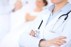 Medico femminile sconosciuto con il personale medico all'ospedale Primo piano dello stetoscopio Fotografia Stock