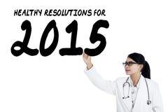 Medico femminile scrive la risoluzione di salute Fotografia Stock Libera da Diritti