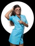 Medico femminile sexy con lo stetoscopio su un cerchio bianco e su un fondo nero Immagini Stock