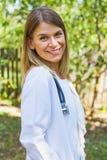Medico femminile sicuro all'aperto Fotografia Stock Libera da Diritti