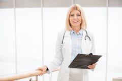 Medico femminile sicuro e con esperienza immagini stock libere da diritti