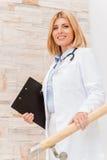Medico femminile sicuro e con esperienza immagine stock libera da diritti