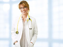 Medico femminile sorridente Immagine Stock