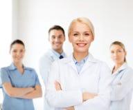 Medico femminile sorridente con il gruppo di erba medica Fotografia Stock
