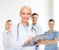 Medico femminile sorridente con la lavagna per appunti Immagini Stock Libere da Diritti