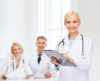 Medico femminile sorridente con la lavagna per appunti Fotografia Stock Libera da Diritti