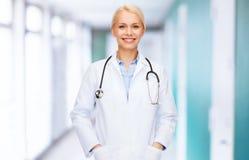 Medico femminile sorridente con lo stetoscopio Fotografia Stock