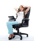 Medico femminile spaventato che esamina il suo computer della compressa Fotografie Stock