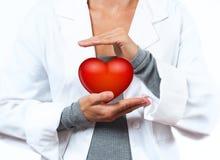Medico femminile sta facendo la forma del cuore Concetto MEDICO immagini stock