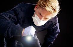 Medico forense che cerca la prova Immagini Stock