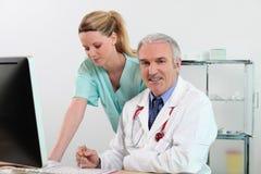 Medico generico ed infermiera femminile Fotografia Stock Libera da Diritti