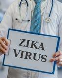 Medico giudica la lavagna per appunti con il virus di ZIKA scritta fotografia stock libera da diritti