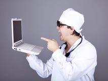 Medico gridante con il taccuino. Fotografia Stock