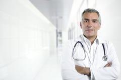 Medico grigio dell'anziano di perizia dei capelli fotografie stock libere da diritti