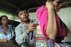 Medico guatemalteco è esamina la donna indiana immagine stock libera da diritti